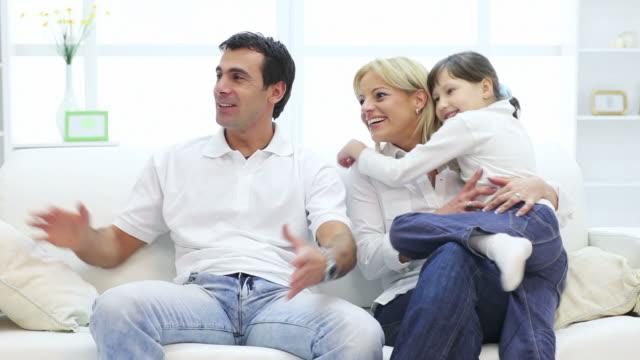 Bella famiglia felice a casa.