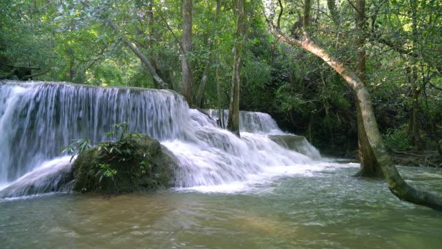 Mooie Huay Mae Kamin waterval aan Kanchanaburi in Thailand