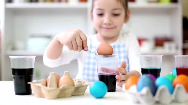 Bellissima bambina da colorare le uova di Pasqua