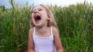 Schöne Mädchen lacht