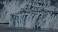 Bellissimo piccolo glacier calving sul davanti del ghiaccio parete
