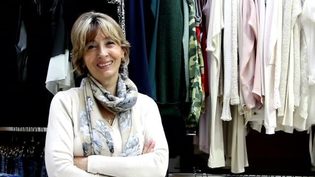 Schöne ältere Kleidung Store-Eigentümer