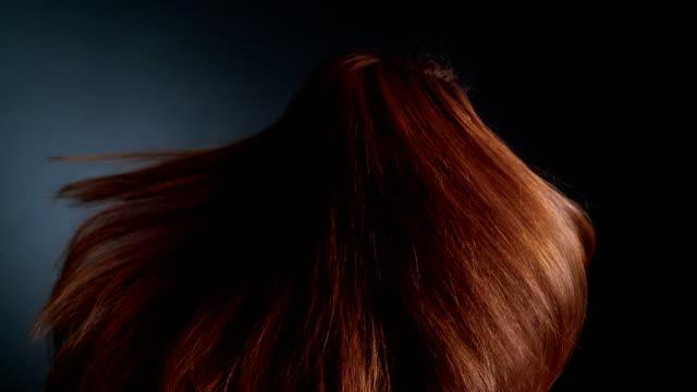 Schöne rothaarige Mädchen drehen. Ihre langen Haare Wellen