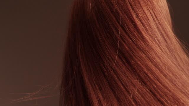 Schöne rothaarige Mädchen warf ihr langes Haar