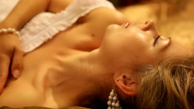 Wunderschöne verführerische Frau versucht zu schlafen