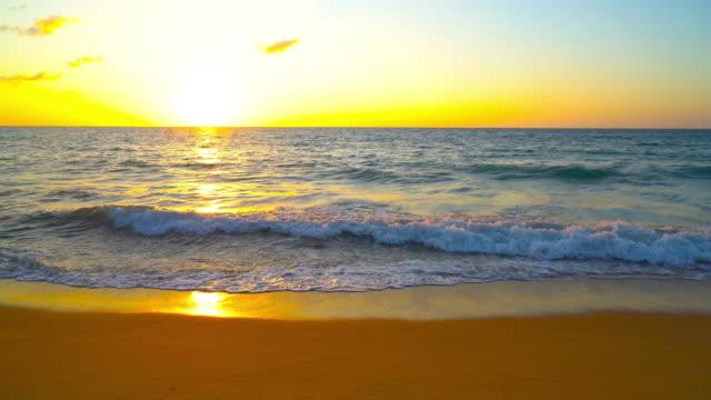 Wunderschöner Sonnenuntergang und das Meer am Strand