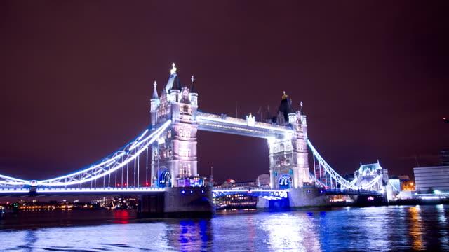 HD-ZEITRAFFER: Wunderschöne Tower Bridge bei Nacht