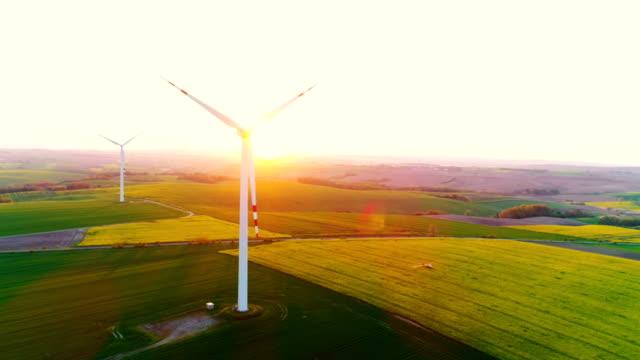 Schöne Aussicht von Windkraftanlagen und landwirtschaftliche Felder 4K