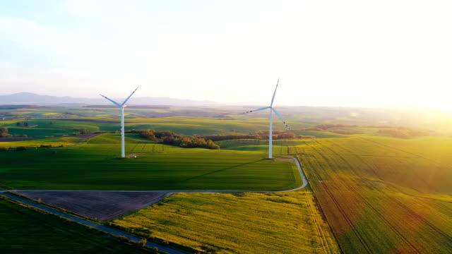 Schöne Aussicht auf Windmühle Turbine bei Sonnenuntergang. Erneuerbare Energie.