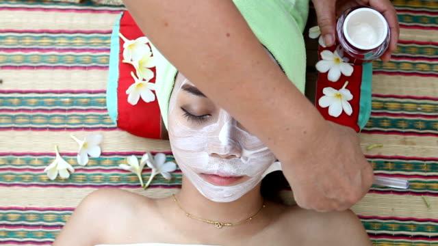 Schöne Frau Asien spa-Gesichtsmaske im Schönheit Salon
