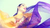 Bella donna ballando in seta dai colori. Rallentatore.