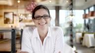 HD: Bella donna con videochiamata in The Cafè