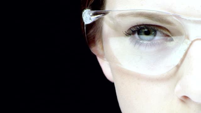 Schöne Frau in der high-tech-Gläser