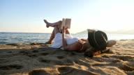 Wunderschöne Frau Lesen am Strand