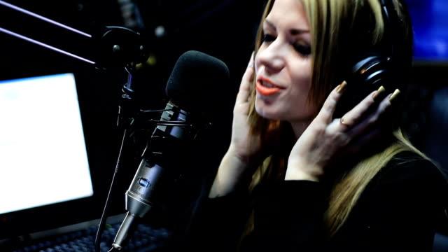 Schöne Frau singen In Studio