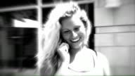 Schöne Junge Frau lächelnd und sprechen auf Ihrem Handy