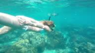Mooie jonge vrouw, zwemmen in de zee