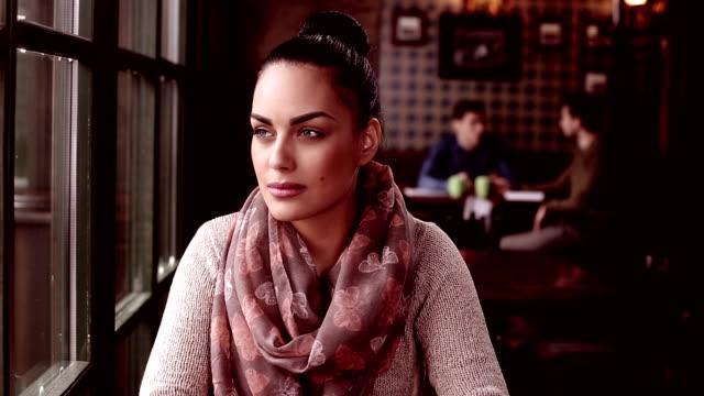 Bellissima giovane donna con caffè