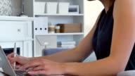 Schöne junge Frau arbeitet von zu Hause