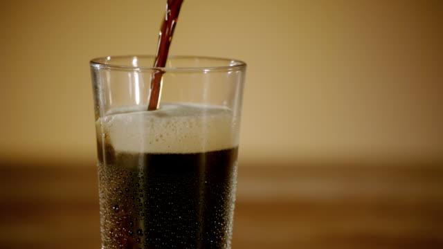 Glas Bier wird eingeschenkt in