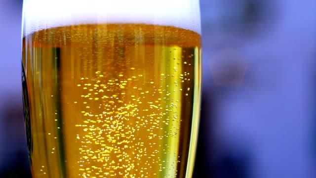 Bier In der Nahaufnahme Glas sprudeln