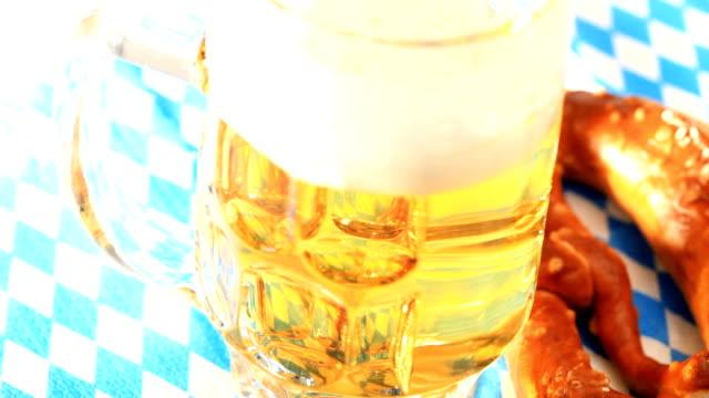 Bierkrug und Brezel