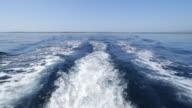 Hinter einem Motorboot.