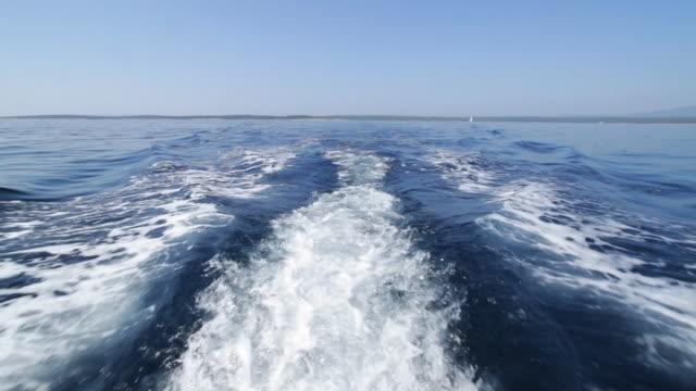 Dietro una barca a motore.