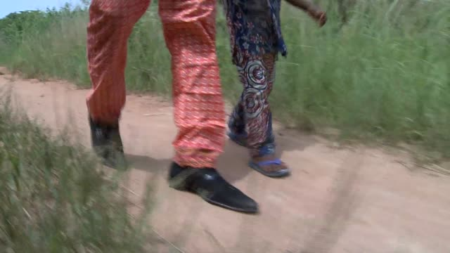 Benin_Afrika_natives father and son countryroad