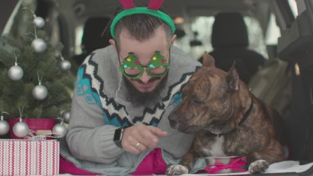 Beste Freunde feiern Weihnachten im Auto