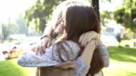 Besten Freunde umarmen