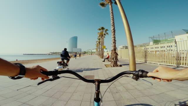 POV fiets rijden in Barcelona de zomervakanties