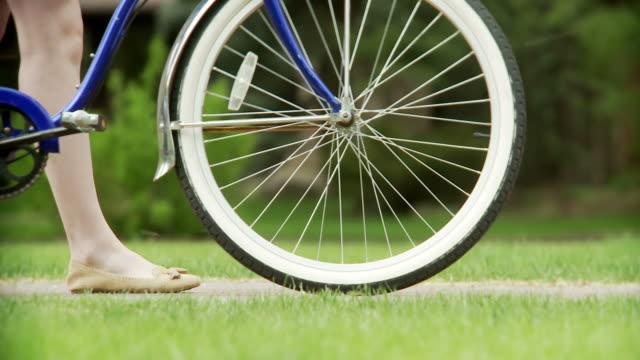 Fahrrad Reifen mit Frau Füße
