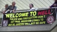 Bienvenidos al infierno protesto el lunes mas de un centenar de policias en un aeropuerto de Rio para exigir el pago de sus salarios a un mes de que...