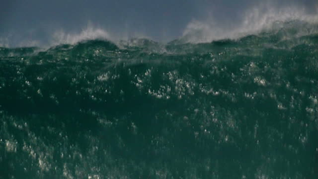 Big wave crashing down, slow pull