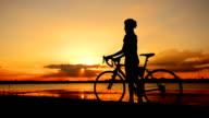 Motociclista al tramonto.