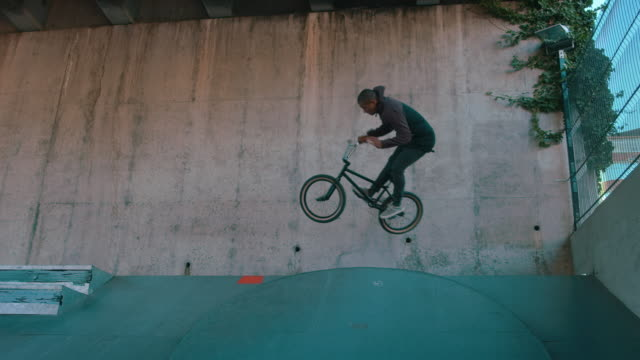BMX bike downhill salto nell'half pipe