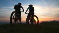 HD: Fahrradfahrer gibt ein High Five am Reiseziel