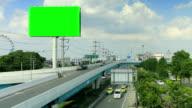 Billboard und highway mit beweglichen Wolken, Zeitraffer