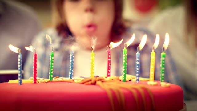 SLO MO Geburtstag Kerzen auf dem Kuchen, geschäumte out