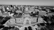 Schwarz und Weiß Luftaufnahme Blick nach unten auf die Texas Zustand Capitol Gebäude sonniger Tag in Austin, Texas