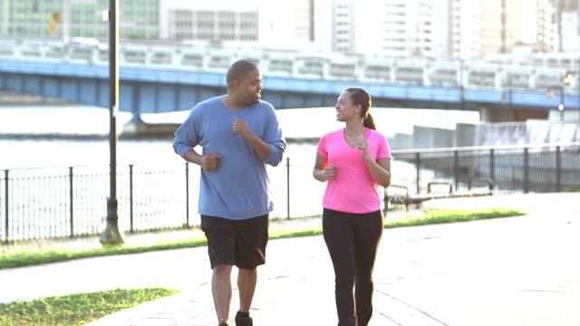 Schwarz Paar trainieren zusammen in der Stadt