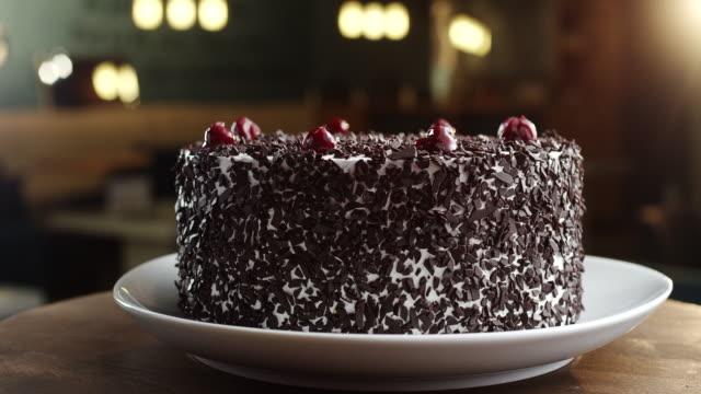 Schwarzwald tårta med körsbär på toppen