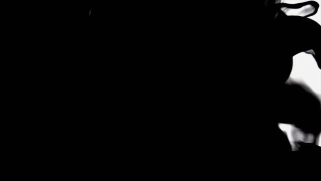 Schwarzer Tinte In Wasser auflösen