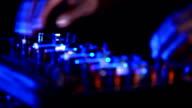 Schwarze männliche DJ spielt Musik
