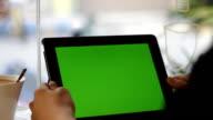Vuoto verde schermo tablet slide primo piano con mano