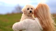 Blondes Mädchen und Ihr bester Freund weiß Hund
