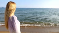 Blondes Mädchen im Blick auf das Meer
