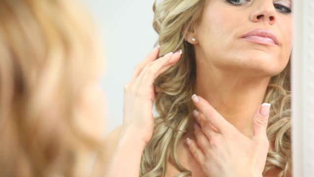 HD 1080: Blonden Frau untersuchen Ihre Haut