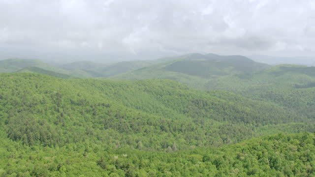 WS TD AERIAL POV Blue Ridge Mountains with forest area in Chattahoochee-Oconee National Forest / Gilmer County, Dawson County, Georgia, United States